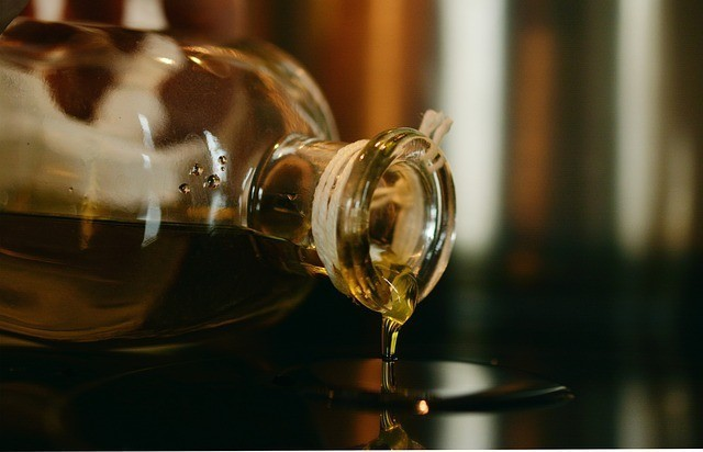 olive-oil-pour-out