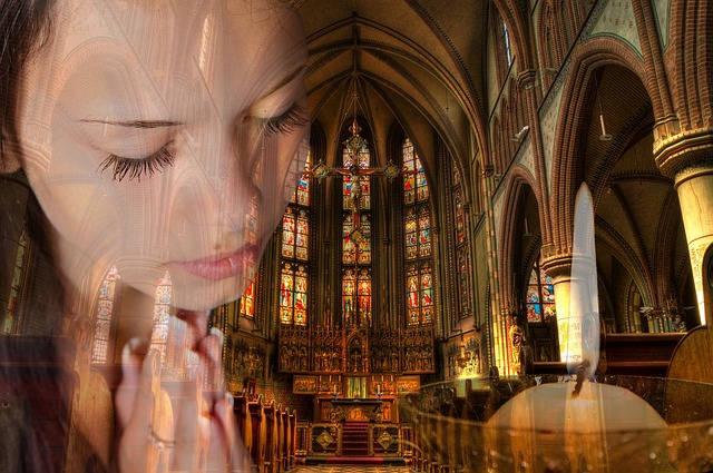 big church worship girl praying 640